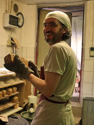 Pierrot Knieriemen, Käseeinkauf und Käsepflege, Brotherstellung. Verkauf auf dem Wochenmarkt. Mitarbeit in der Landwirtschaft