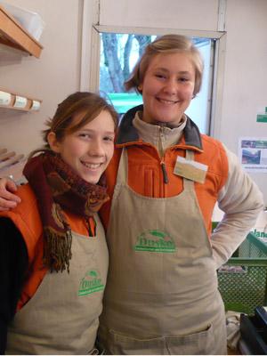 Camilla Schütt & Ines Gahl, Verkauf auf dem Wochenmarkt
