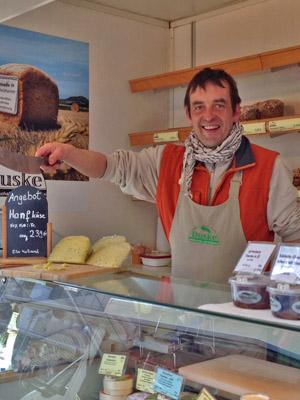 Michael Petri, Verkauf im Hofladen und auf dem Wochenmarkt am Firmaneiplatz in Marburg